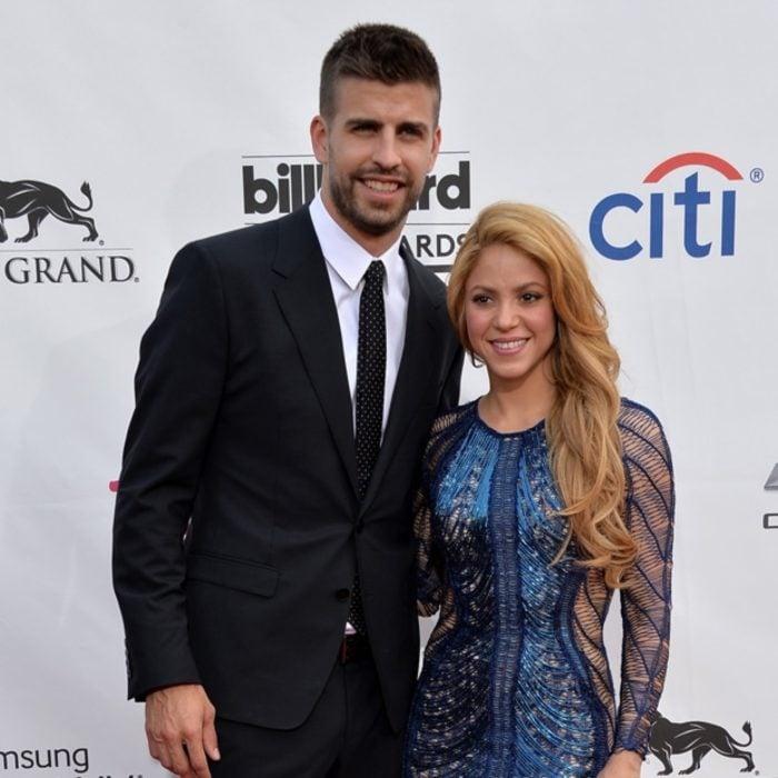 Shakira y Gerard Piquéabrazados mientras posan para una fotografía