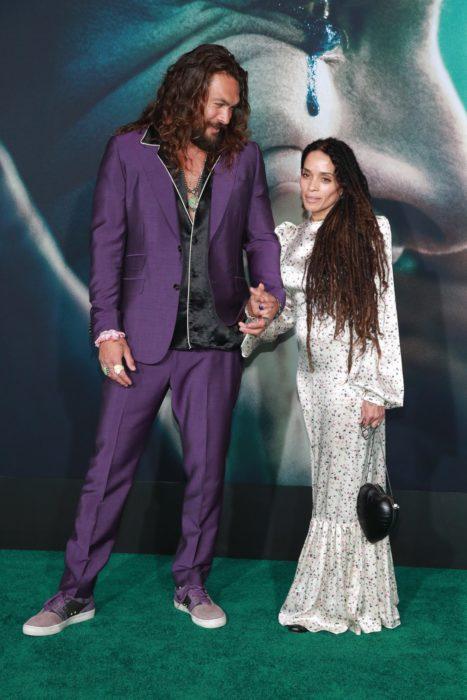 Lisa Bonet y Jason Momoaabrazados mientras posan para una fotografía