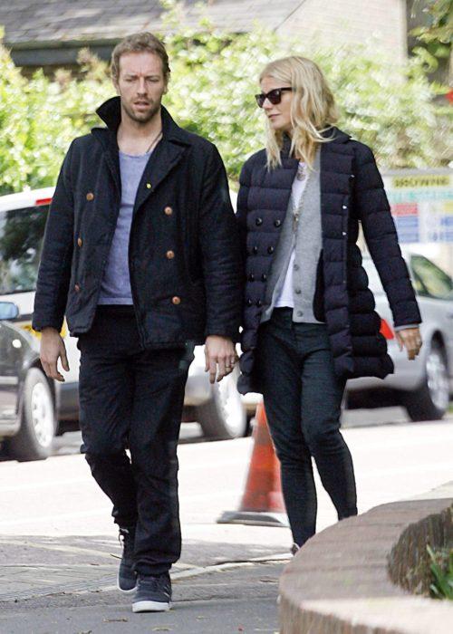 Gwyneth Paltrow y Chris Martin caminando por las calles mientras están tomados de las manos
