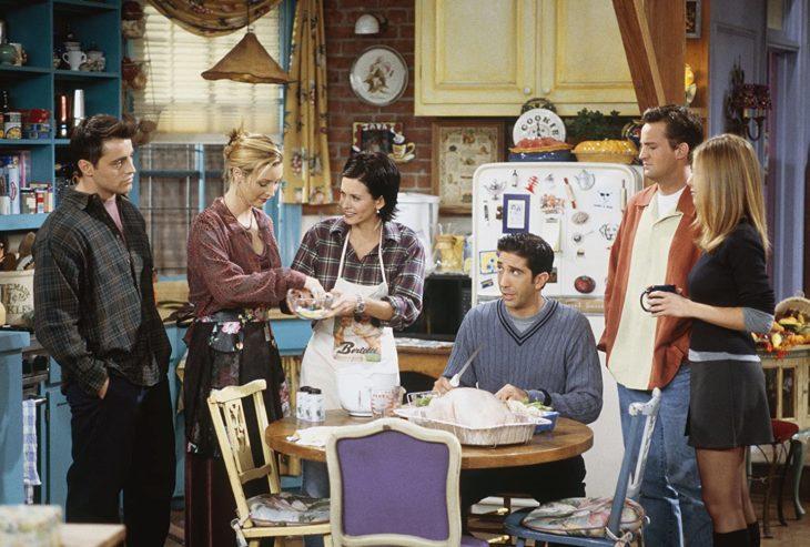 Escena de la serie Friends en la que están cocinando