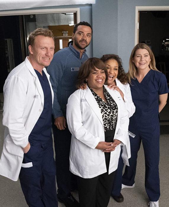 Escena de Anatomía de Grey, en la que aparecen Miranda, Owen, Meredith, entre otros