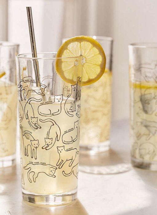 Vasos de cristal con figuras de gatos impresas