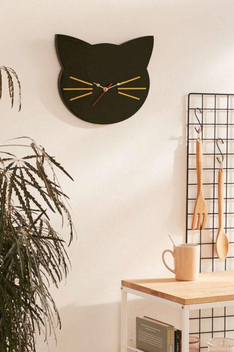 Reloj de pared en figura de cara de gato