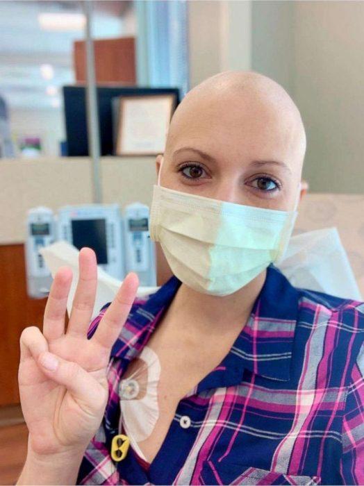 Grupo de amigas dona cabello para peluca de mujer con cáncer (2)