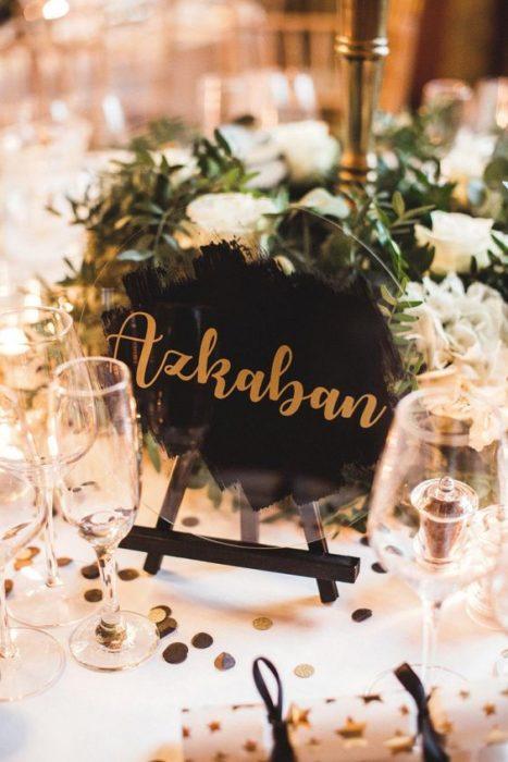 Letrero de Azkaban en mesa de boda