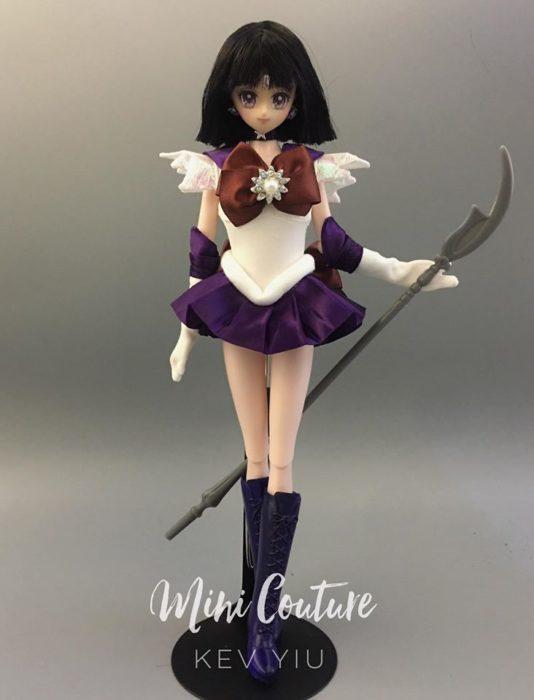 Muñeca de porcelana creada por el artista Mini Couture inspirada en el anime Sailor Moon, Hotaru Tomoe