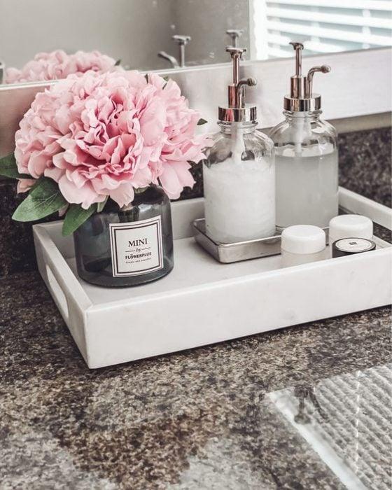 Bandeja y frascos para decorar tu baño