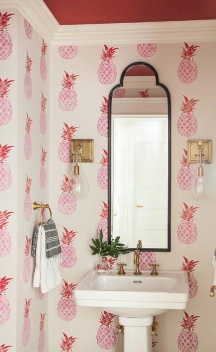 Decoración de pared con piñas rosas