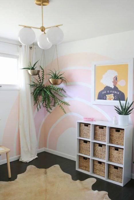 Decoración de pared con fondo blanco y arcoiris