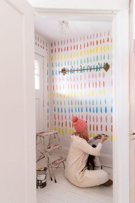 Decoración de pared con fondo blanco y colores