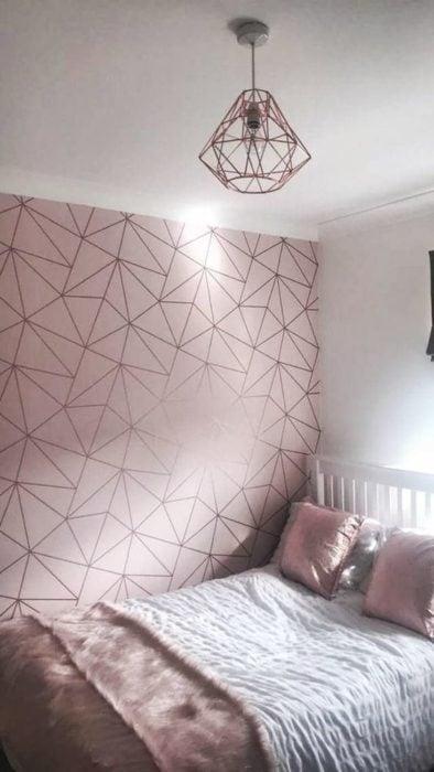 Decoración de pared con fondo rosa y