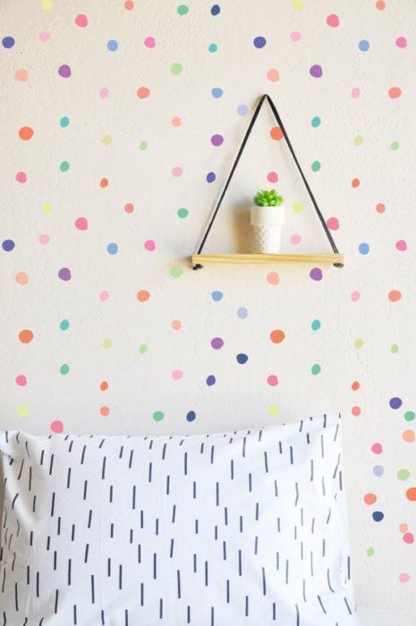 Decoración de pared con puntos de colores y fondo blanco