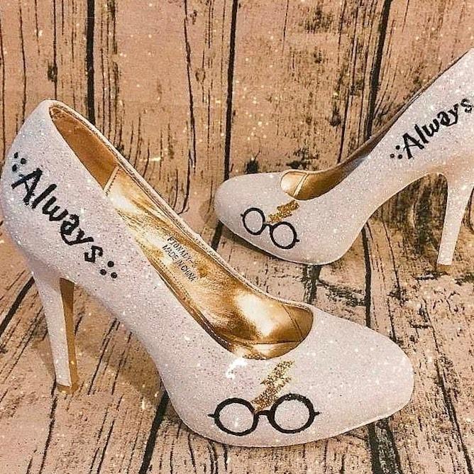 Zapatos blancos para novia con tema de Harry Potter