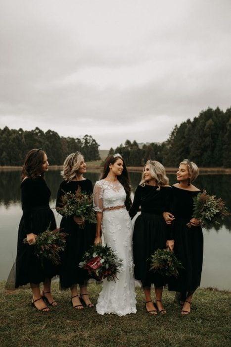 Novia con vestido blanco y damas de honor con vestido negro