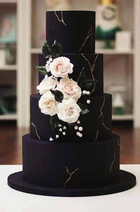 Pastel de boda en negro con flores blancas