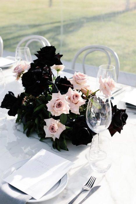 Centro de mesa para boda con flores negras y rosas