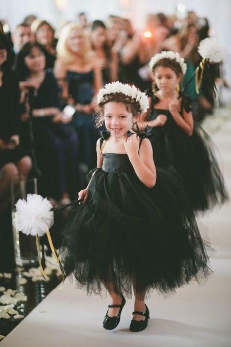 Niñas en boda con vestido negro