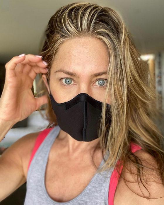 Jennifer Aniston usando una máscara para cubrirse del covid
