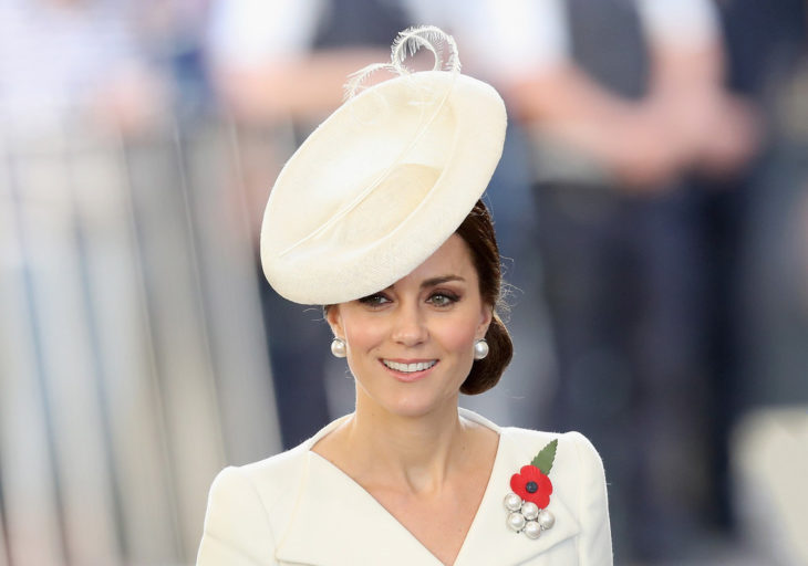 Kate Middleton usando un fascinator color blanco roto