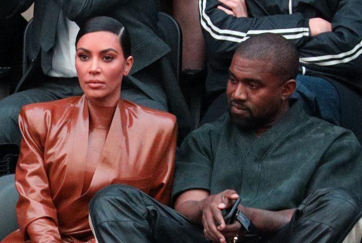 Kim Kardashian y Kanye West sentados viendo un partido de basketbol