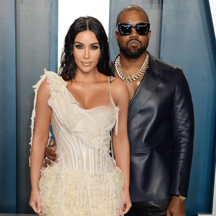 Kim Kardashian y Kanye West posando para una serie de fotos en una alfombra roja