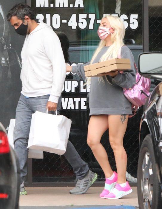Lady Gaga caminando en la calle con una sudadera gris