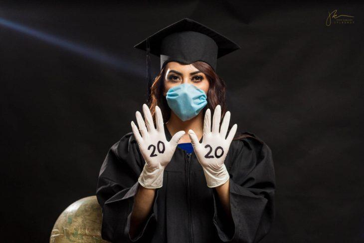 Joven prepara graduación en casa para su novia