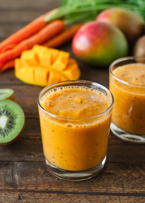 Licuado de kiwi, mango y piña