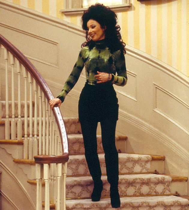 Outfits by Fran Drescher from 'La Niñera'; green long sleeve blouse with black miniskirt and long boots