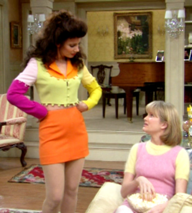 Outfits by Fran Drescher from 'La Niñera'; crop top with different colors, pink, yellow, white and orange, orange miniskirt