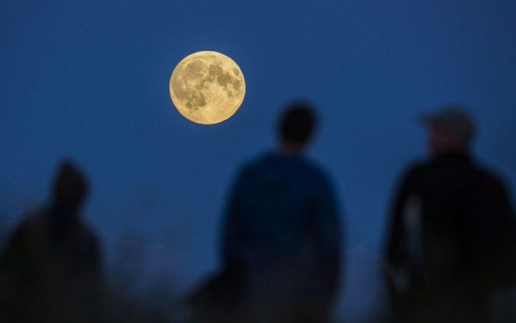 Personas viendo la luna