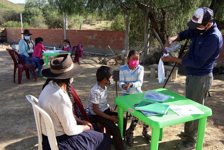 Profesor dando clases a una comunidad indígena en medio de la pandemia