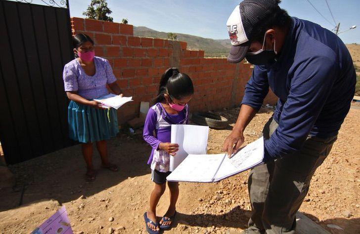 Maestro enseñando a una de sus alumnas indígenas en una comunidad