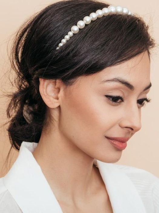 Mujer morena clara con una recogido adornado con una diadema de perlas