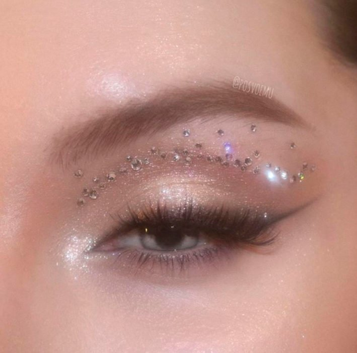 Bronze toned eye makeup and bronze glitter