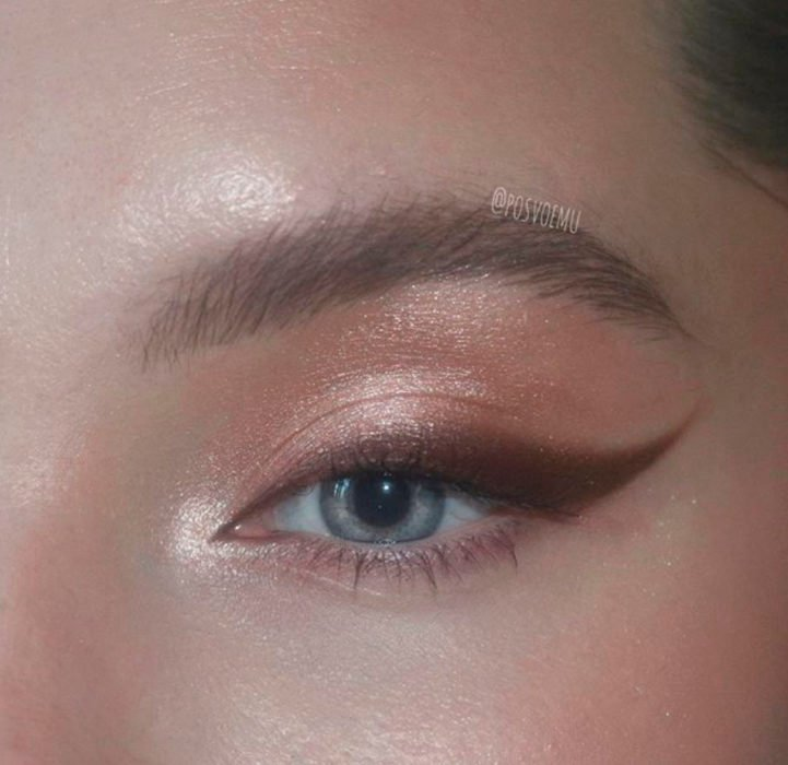 Natural style bronze color eye makeup