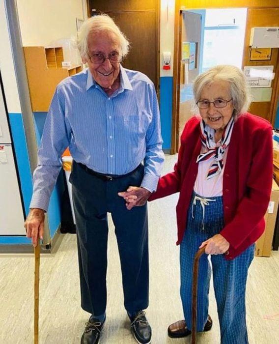 Micheal y Gillian cuando fueron dados de alta del hospital tras recuperarse del Covid-19