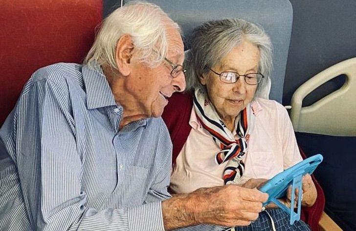 Micheal y Gillian viendo algo en el celular