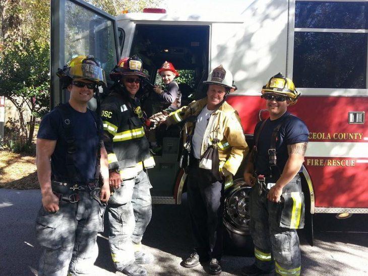 Niño celebrando su cumpleaños junto al cuerpo de bomberos