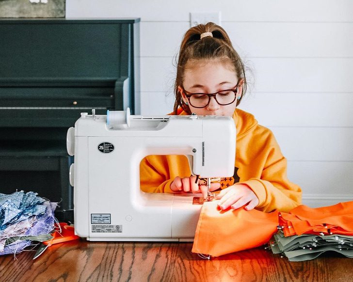 Lucy, niña que confecciona cubrebocas para necesitados