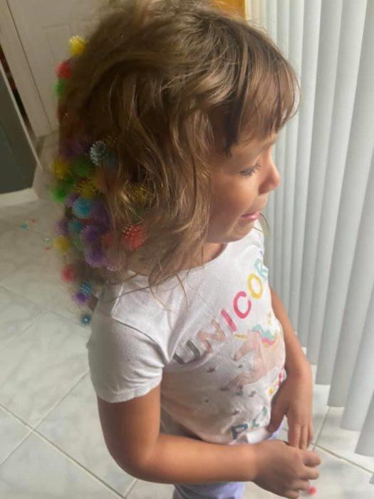 Niña se enreda el cabello con gomas de juguete