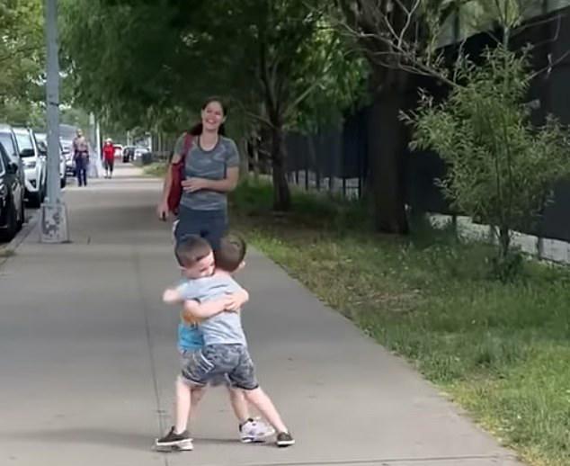 Niños corren y se abrazan después de meses de no verse por la pandemia