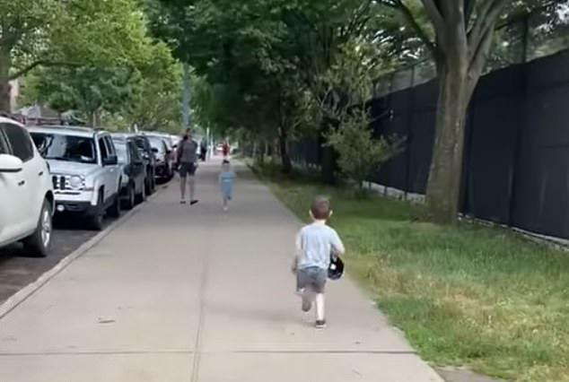 Niño corriendo por las calles de Brooklyn para abrazarse