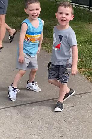 Niños sonriendo a la cámara después de abrazarse