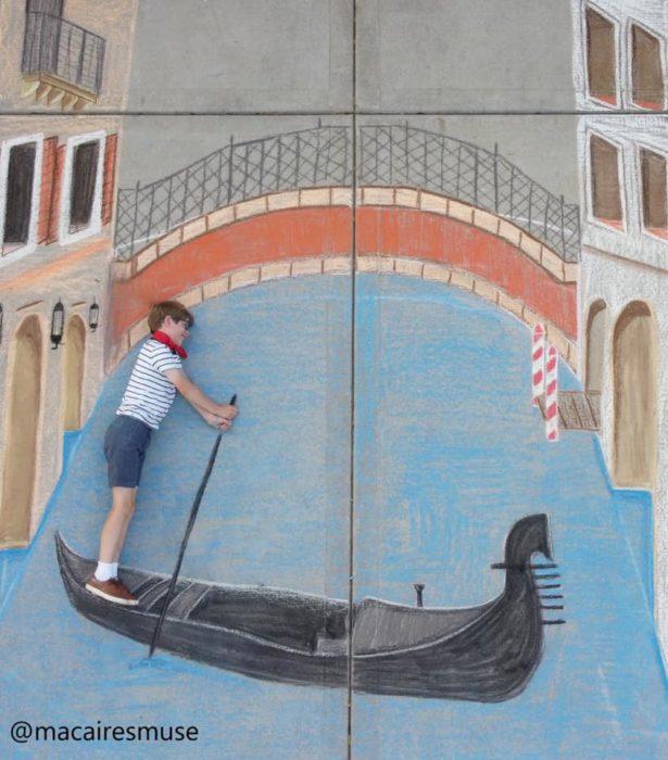 Dibujo de hecho con tiza de los canales de venecia con un niño que parece remar