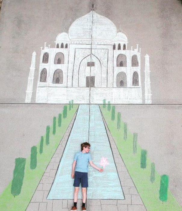 Dibujo de hecho con tiza de un niño visitando el Taj Mahal
