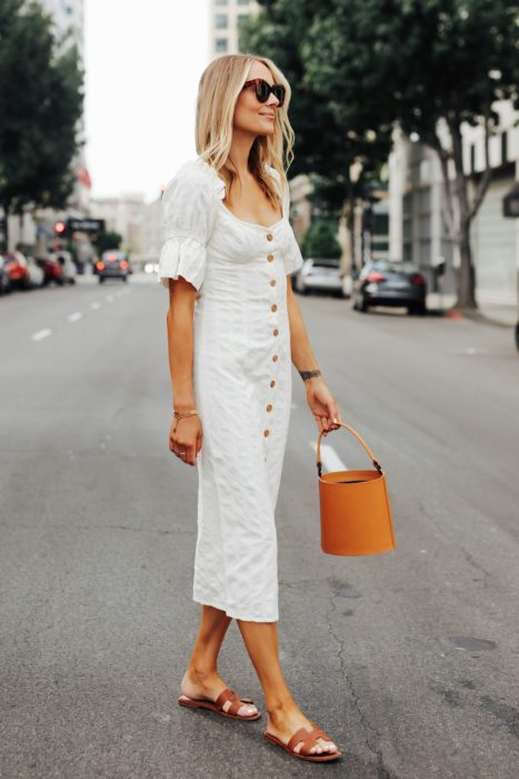 Chica usando vestido de botones con bucket bag color camel y lentes de sol
