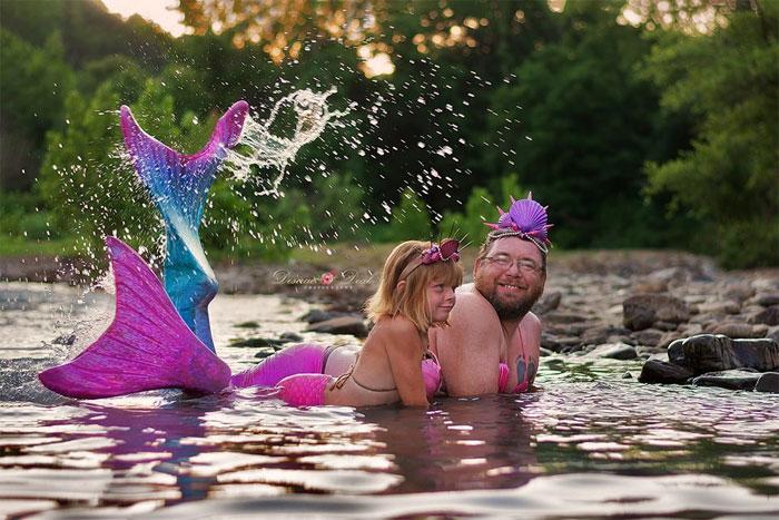 Padre e hija posan con disfraces de sirena