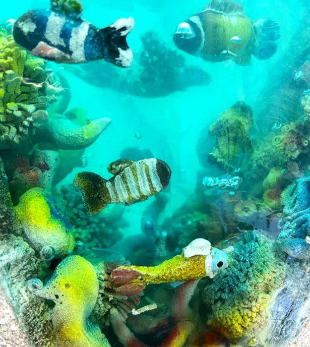 Pasteles de gelatina en forma de isla con mar y peces