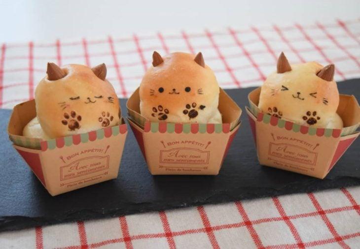 Panes en forma de gato en una cajita